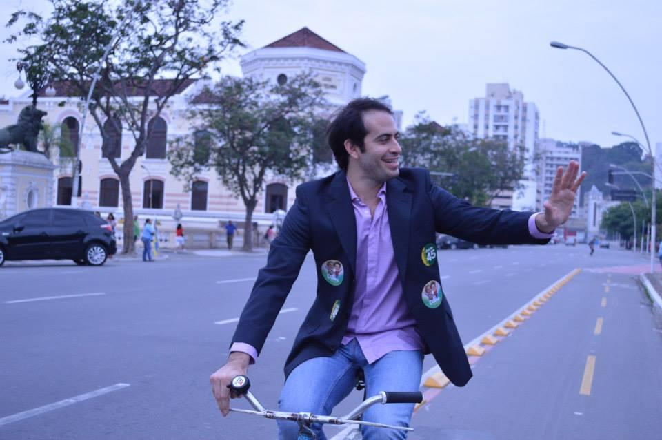Fui filmar uma cena do filme Carne de Rotina, de minha autoria, com o ator Lucas Oradovschi que interpreta um político mascarado que usa adesivos da Dilma e do Aécio ao mesmo tempo colado no blazer.